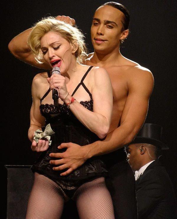 Очередной шокирующий наряд Мадонны на концерте (5 фото)