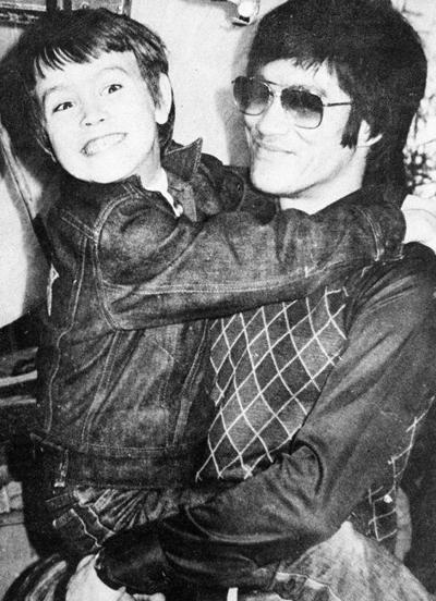 Брэндон Ли (Brandon Lee) - американский актер, сын Брюса Ли (Bruce Le). Потерял отца в возрасте 8 лет; в 20 отправился покорять Голливуд. Первый успех к Брэндону приходит только в 1991 году - на тот момент ему было уже 26 - вместе с ролью в боевике «Разборка в Маленьком Токио».