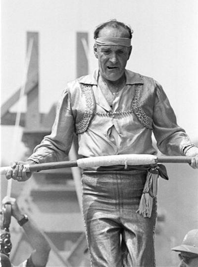 Карл Валленда (Karl Wallenda) - всемирно известный цирковой трюкач из Германии, изобретатель трюка «Полет Валленда», знаменитый безрассудностью своих номеров, в большинстве своем выполняемых без страховки.