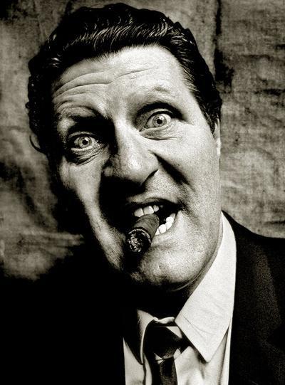 На пике популярности актер стал много пить и курить. Это привело его к первому сердечному приступу в 1977 году. На реабилитацию потребовалось почти 3 месяца. А 15 апреля 1984 года у Томми Купера случился второй сердечный приступ, который закончился смертью комика.