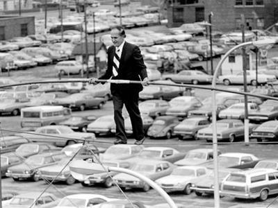 22 марта 1978 года 73-летний Валленда пытался пройти между двумя десятиэтажными башнями Condado Plaza Hotel в Сан-Хуане, Пуэрто-Рико, по тросу, подвешенному на высоте 37 метров.