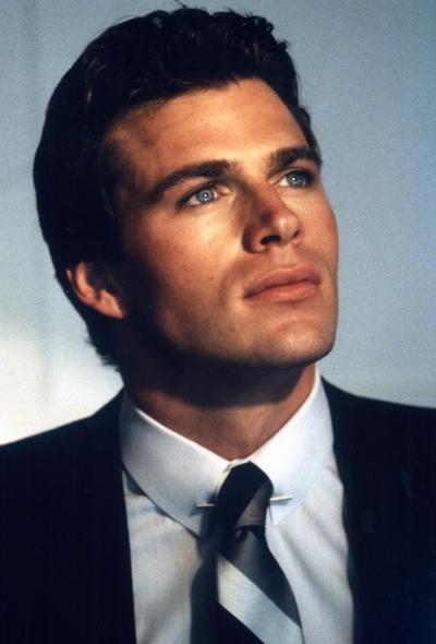 Джон-Эрик Хексам (Jon-Erik Hexum) - американский актер и манекенщик, известный ролями в таких популярных сериалах, как «Вояджеры» (1982-1983) и «Скрываемый факт» (1984), а также появлением в фильме «Медведь» (1984).