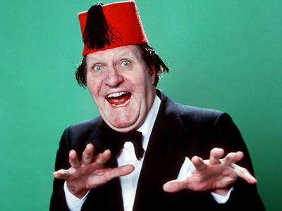 Томми Купер (Tommy Cooper) был популярным британским комиком и фокусником из Каэрфилли, Уэльс. Благодаря многочисленным телевизионным шоу и выступлениям в середине 70-х годов Купер стал одним из самых узнаваемых комиков в мире.