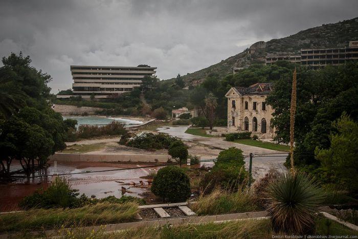 Заброшенный курортный комплекс на побережье Хорватии (25 фото)