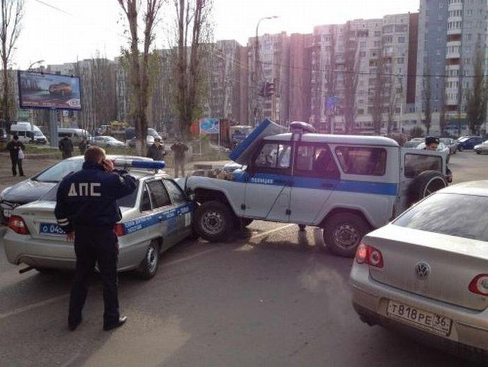 Авария на перекрестке: ДПС против ППС (4 фото + видео)