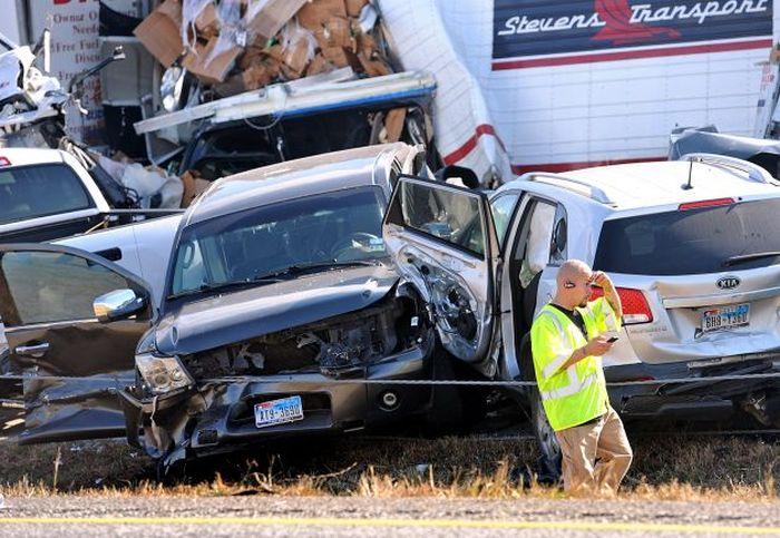 Массовое ДТП, в котором пострадало 140 автомобилей (9 фото)
