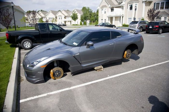 Почему нельзя оставлять спорткары в неблагополучных районах (42 фото)