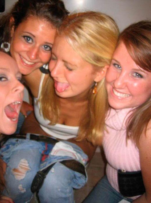 Пьяные девушки зажигают в уборной (88 фото)