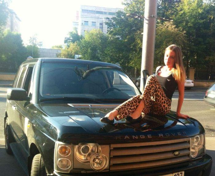Красивые девушки фоткаюца около машин фото 717-681