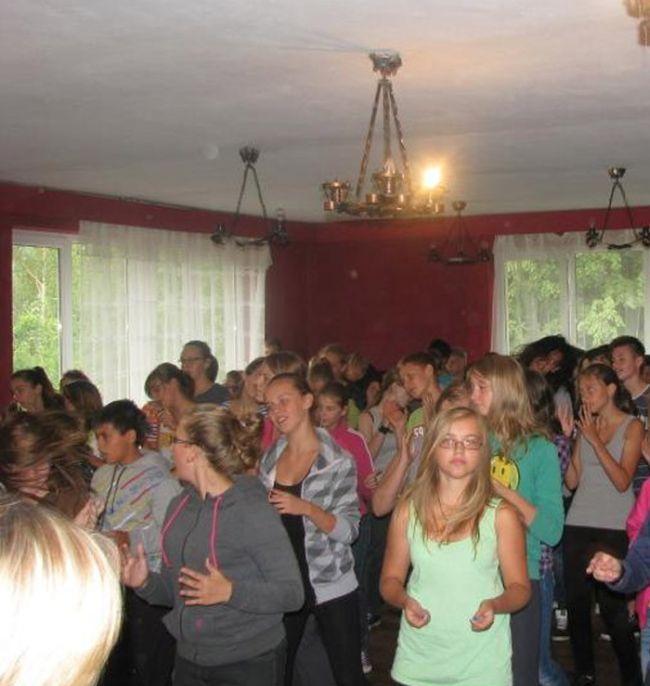 Странный обряд посвящения в польской католической школе (30 фото)
