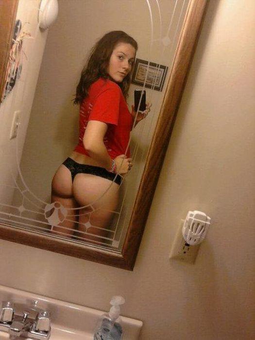 Девушки фотографируют свое отражение в зеркале (43 фото)