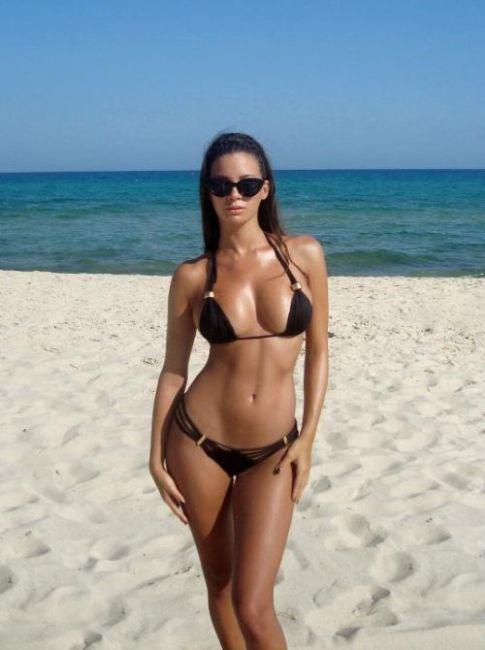 Симпатичные девушки в бикини отдыхают на пляже (53 фото)