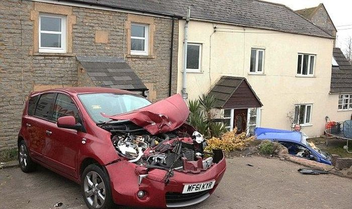 Роковой дом, который притягивает аварии (8 фото)