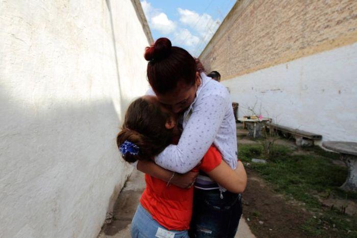 Несчастные дети, воспитанные в тюрьмах (30 фото)