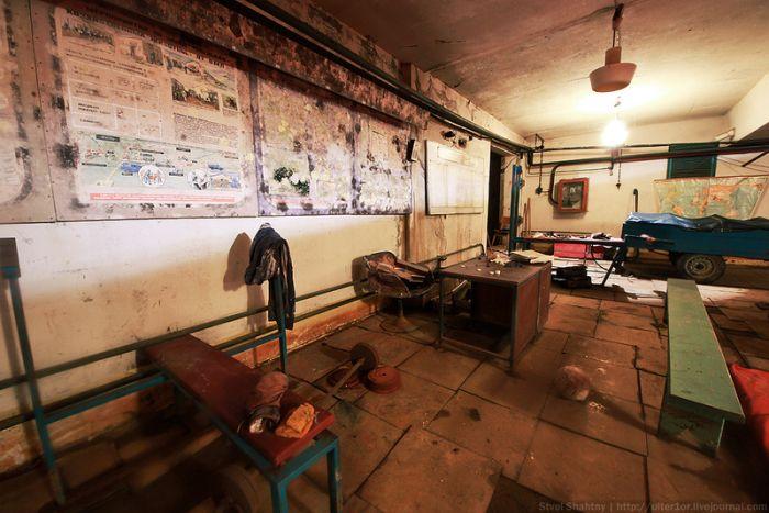 Непростое заброшенное бомбоубежище (46 фото)