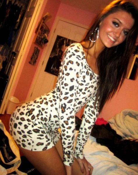 красивые девушки в соблазнительных платьях