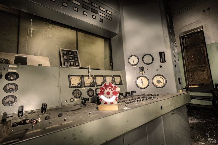 Заброшенный испытательный цех авиационных двигателей (35 фото)
