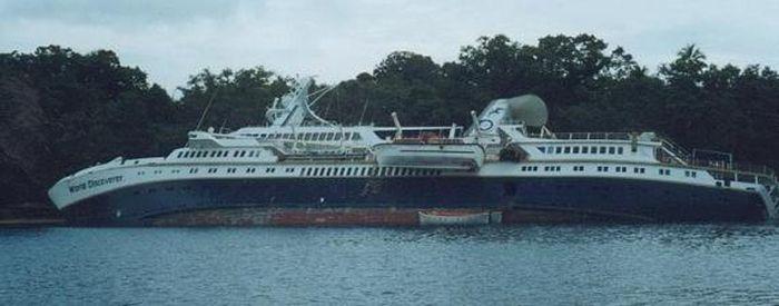 Брошенный на погибель круизный лайнер (15 фото)