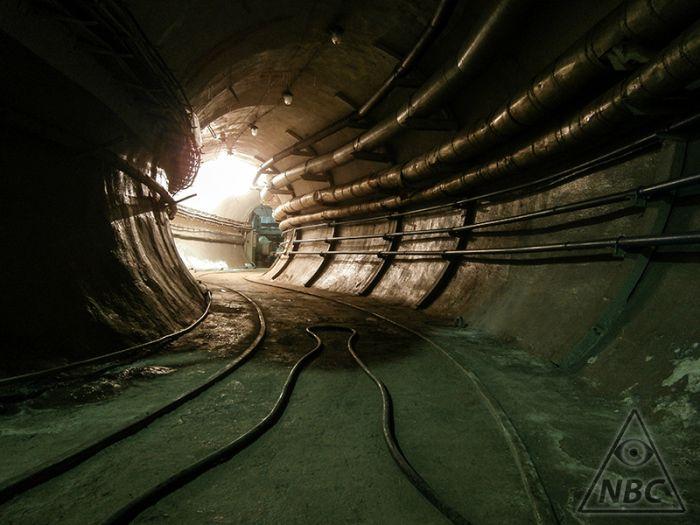Отлично сохранившийся подземный бункер (36 фото)